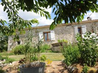 Countryside stone b&b cottage with pool and views., Loubes-Bernac