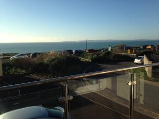 BOURNECOAST - DELIGHTFUL F/F 2 BED APARTMENT WITH SEA VIEWS - FM5807