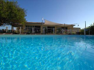 tres jolie mini-villa  'amarylis'studio avec jardin privatif a 5 min des plages