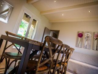 villa'acacia' tres chaleureuse avec tres beau jardin a 5min des plages