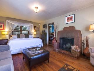 Casita Flores - Luxury studio fireplace suite - walk to the Plaza & Canyon Rd, Santa Fe