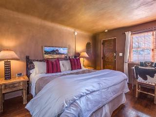Casita Corazon - Luxury studio with private patio.  Walk to Plaza!, Santa Fe
