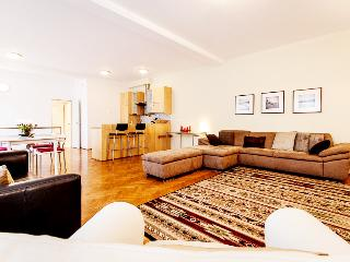 140m2 deluxe 2bedroom with jacuzzi and A/C CITY22, Budapeste