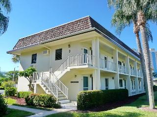 Newly updated condo w/ heated pool & short walk to Resident's Beach, Marco Island