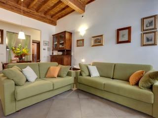 Vacation Rentals at Red Flower Near Main Attractions in Florence, Florencia