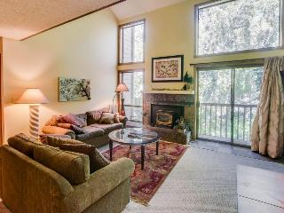 Cozy condo w/ pool & hot tub near both golf & ski resorts!, Sun Valley