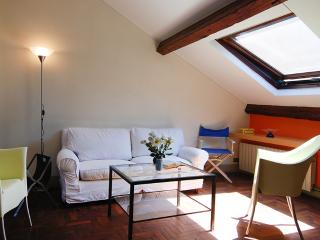Bright 1bdr attic apt in Milan, Milán