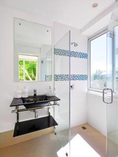 Guest en-suite bath (#3).