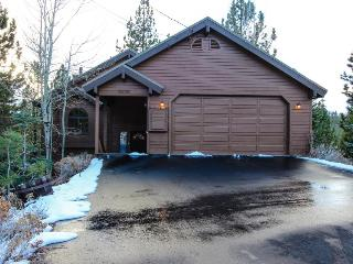 Charming chalet w/ shared hot tub, pool & more - easy ski and beach access!, Truckee