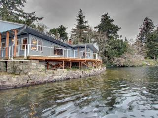 Lakefront, dog-friendly home with private dock and deck!, Florence
