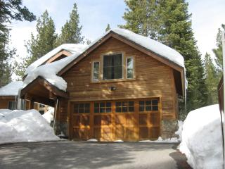 Tahoe Donner Spacious Cabin in a Pine Forest: WiFi, Truckee