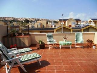 (470) Casa Keeley 2 bed apartment air-con Wi-Fi large solarium near beach, bars