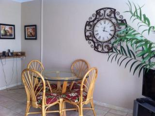 Beautiful one bedroom condo, walk to beach, Kihei