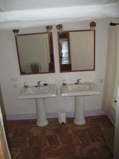 cuarto de bano de la habitacion