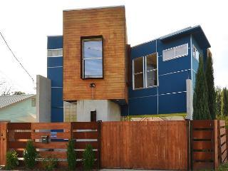 1BR/1.5BA Modern Design Home, Downtown Austin, Sleeps 8