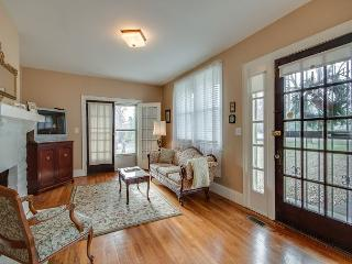 2BR Timeless & Charming 1930s Vintage Cottage, Nashville, Sleeps 4