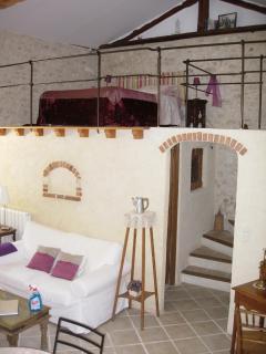L'escalier qui monte à la chambre et la chambre  en haut