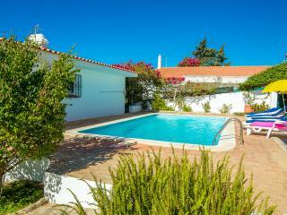 Casa con piscina , localizada en el centro, con terraza, vistas al mar y ciudad