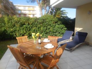 Apartment with Pool walking distance to beach