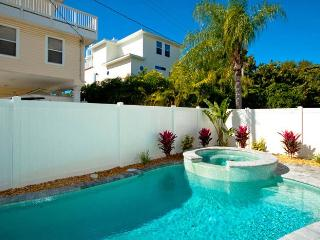 Starfish Villa: 2BR Pool Home w/Elevator