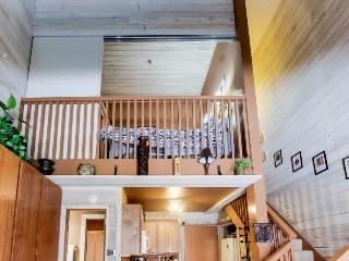 Rustic-chic studio w/loft, near Dollar Mountain! Includes shared pool & hot tubs