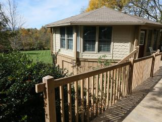 Ada's Cottage has big yard, big view, convenient, Blowing Rock