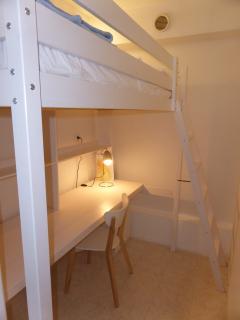 Chambre cabine avec un lit mezzanine et un lit pliant (non visible ici)