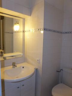 Salle de bain propre et fonctionnelle