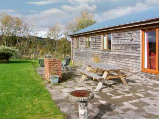 RHIEWGOG, log cabin with lovely views, hot tub, WiFi, pet-friendly, in St Harmon