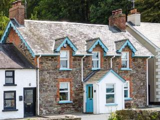 QUAY VIEW, bayside cottage, stove and fire, en-suite, family holiday home, in Ar