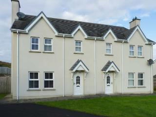 SADDLER COTTAGE, semi-detached, open fire, pet-friendly, enclosed garden, Malin Head, Ref 917385, Carndonagh
