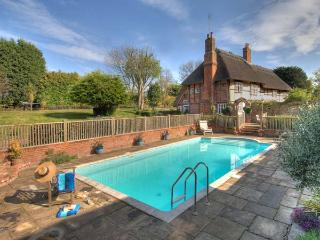 MANOR FARMHOUSE thatched cottage with outdoor heated swimming pool, sauna