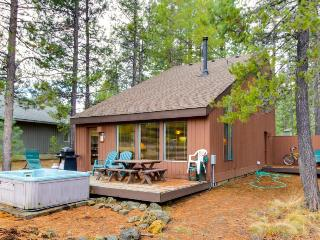 Rustic home w/ private hot tub plus SHARC passes for shared pools - dogs ok!, Sunriver