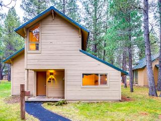 Wood-beamed cabin with shared amenities & SHARC passes!, Sunriver
