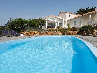 Villa Sequoia, private heatable pool, sleeps 8, Les Sables-d'Olonne
