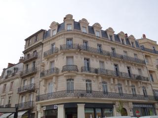 Spacious Art Nouveau Apartment, Beziers