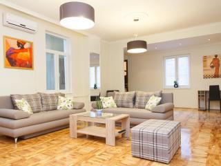 3 Bedroom HUGE CENTRAL SQUARE FLAT for 7 people !, Belgrade