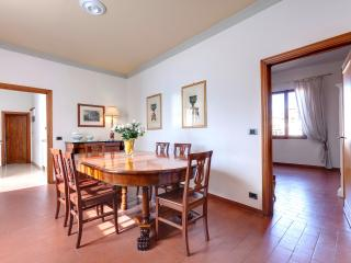 Quiet luxury apartment in oltrarno district of Florence with available wi-fi, sleeps up to 7