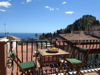 Taormina-Al mercato- cozy studio with seaview