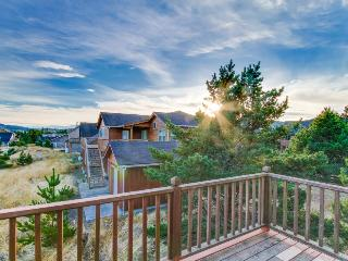 Beautiful home w/ deck & Ping-Pong - walk to the beach, town & Cape Kiwanda!
