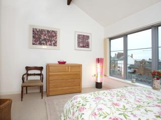 Beautiful art & furnishings. Enjoy the panoramic view! Very peaceful for a city centre location.