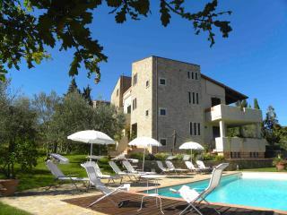 Apartment in Chianti with Terrace and Pool, San Donato in Poggio