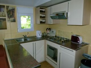 bright, spacious kitchen area. cooker includes