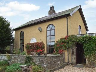 RHULEN OLD CHAPEL, detached, original features, open fire, WiFi, near Painscastle, Ref 911994