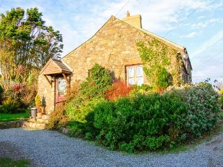 BWTHYN BACH romantic retreat, close to coast, superb views in St Davids, Ref