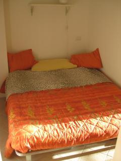 Seconda camera da letto con letto alla francese.