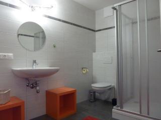 das Badezimmer mit integrierter Waschmaschine