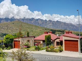 Garden Cottage - Elegant contemporary home: views, outdoor living!