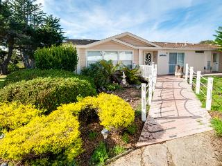 Dog-friendly w/private hot tub, fenced yard & ocean views! Only 10 min. to town, Fort Bragg