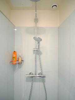 Large shower room dedicated to the two bedrooms